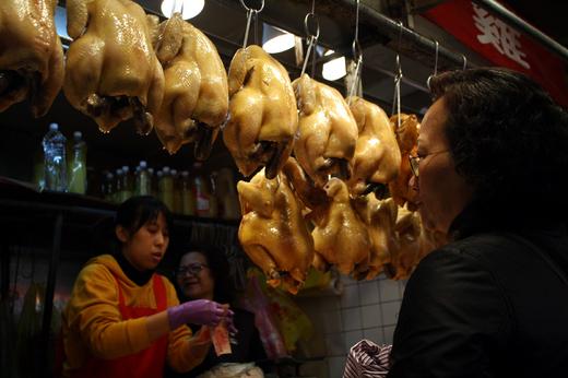肉を物色するおばさん