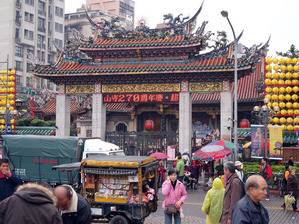 台湾観光地の龍山寺ロンサンスー